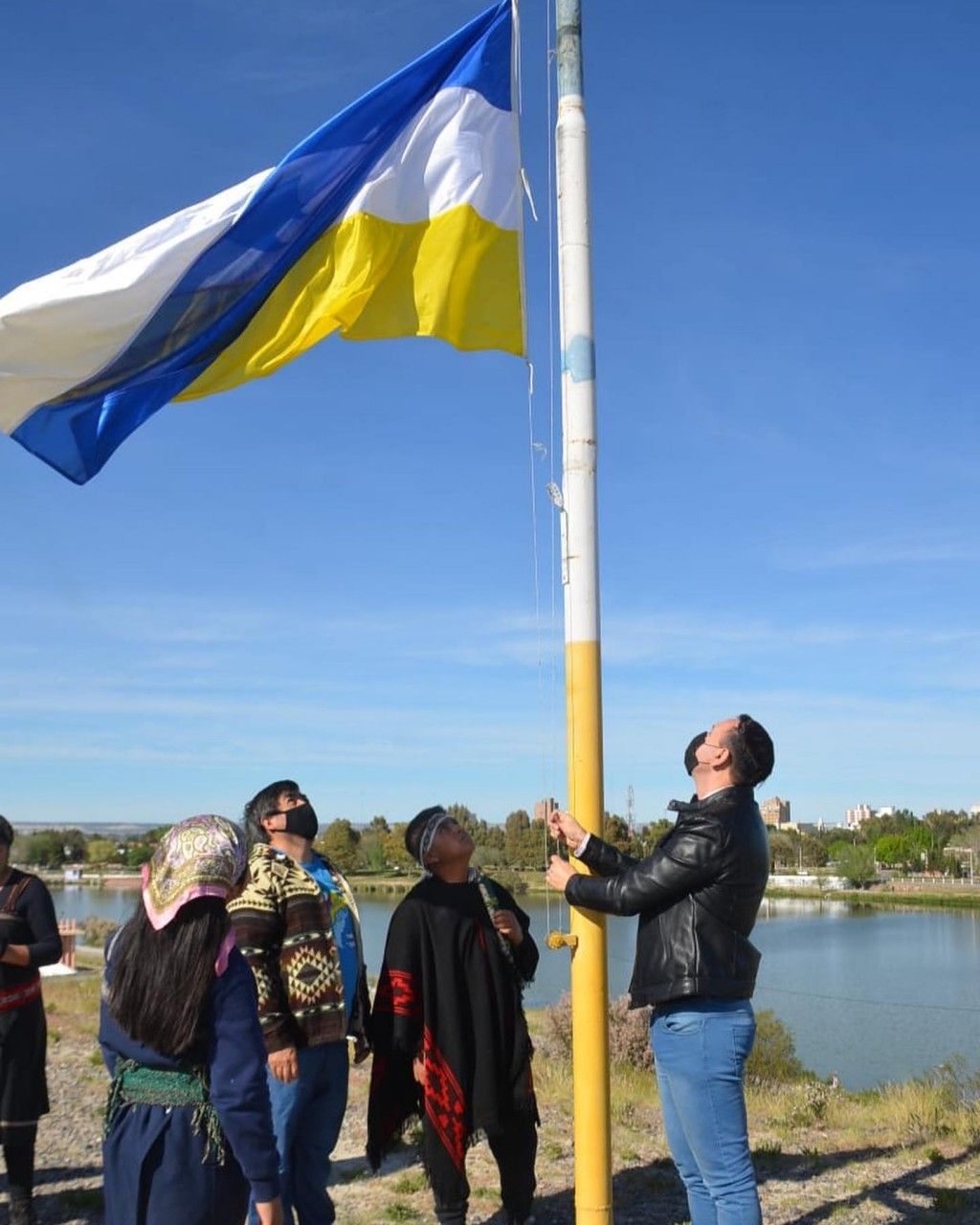 Chubut: El intendente de Trelew se sumó al izamiento de bandera tehuelche en los actos del 12 de Octubre.